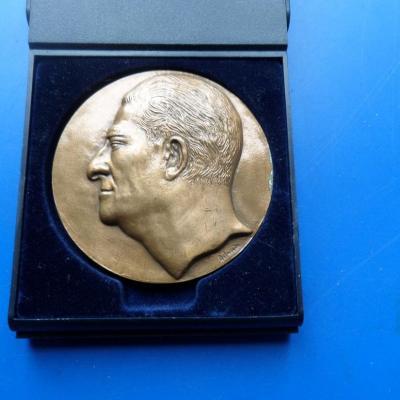 Medaille paul belmondo